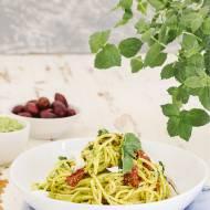 Spaghetti z groszkowym pesto, feta i suszonymi pomidorami