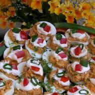 jajka faszerowane rybką w pomidorach...