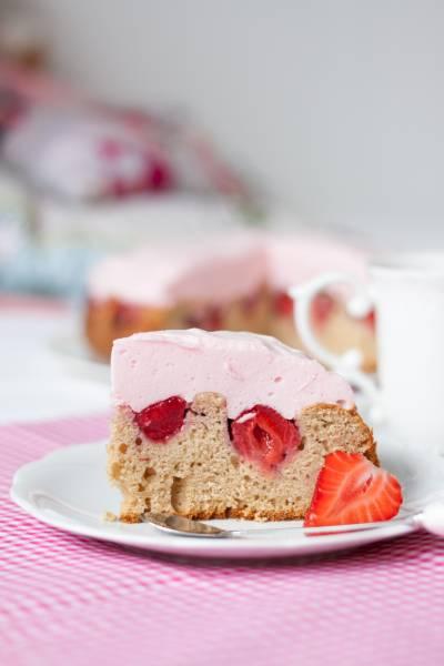 Orkiszowe ciasto z truskawkami i ptasim mleczkiem (bez cukru)