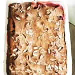Cobbler z rabarbarem, truskawkami i marcepanem