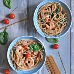 Spaghetti z krewetkami, szpinakiem i pomidorkami koktajlowymi