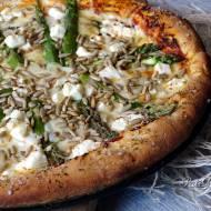 Pizza ze szparagami i słonecznikiem na grubym cieście