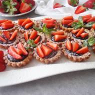 Tartaletki z kremem czekoladowym i truskawkami (Crostatine con crema al cioccolato e fragole)