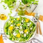 Sałatka z zielonych szparagów z serem feta i sosem chimichurri