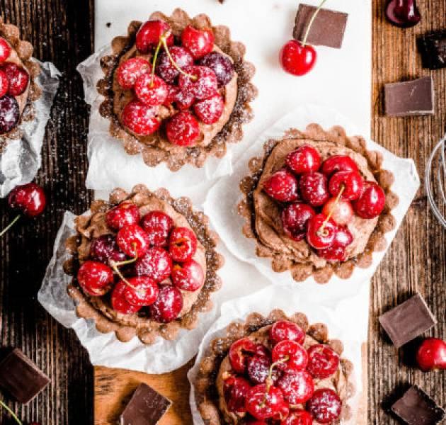 Kruche, mocno czekoladowe tartaletki z czereśniami