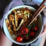 Grillowany schab w orientalnych przyprawach, kasza bulgur z morelami, suszonymi pomidorami i orzechami oraz grillowane pomidorki