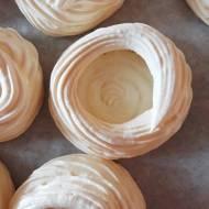41. Mini bezy z truskawkami, kremem i sosem z cukierków Werther's Original