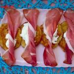 Placki ziemniaczane z szynką parmeńską i sosem czosnkowym