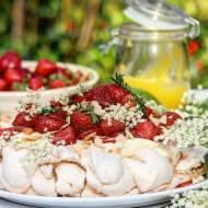 Cytrynowa Pavlova z kremem z cytryny i syropu z czarnego bzu, świeżymi truskawkami i płatkami migdałów