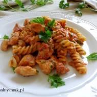 Makaron z sosem pomidorowym, kurczakiem i gorgonzolą