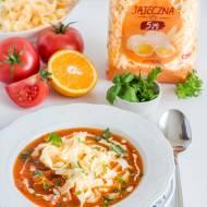 Pomidorowa z pomarańczą, ziołami i makaronem wstążki