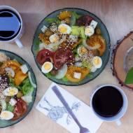 Sałatka z kozim serem, jajkami przepiórczymi, ekspandowaną quinoą i czubrycą