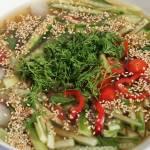 Koreańska zupa ogórkowa na zimno – idealny chłodnik na upały