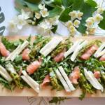 Przepis na sałatkę z zielonymi szparagami, łososiem wędzonym i mozarellą