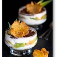 Ananasowy deser a'la tiramisu z zielonymi biszkoptami i kwiatami z ananasa
