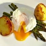 Jajko pochetowe na szparagach z pieczonymi ziemniaczkami