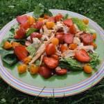 Sałatka z kurczakiem, truskawkami, pomidorami i serem
