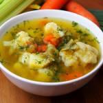 Zupa jarzynowa z młodą kapustą, kalafiorem i koperkiem