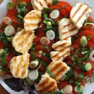 Sałatka na grilla z pomidorami i serem halloumi