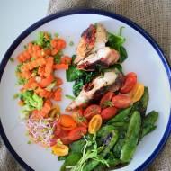 Grillowana w szynce parmeńskiej pierś kurczaka z suszonymi pomidorkami, na szpinaku z groszkiem cukrowym. Letni obiad w stylu fi