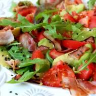Sałatka z pomidorem, boczkiem i awokado