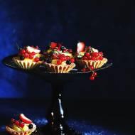 Kruche babeczki z kremem waniliowym i owocami