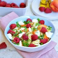 Sałatka makaronowa z owocami i mozzarellą