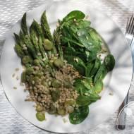 Zielona sałatka z bobem, szpinakiem i szparagami