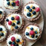 Kruche babeczki z kremem i owocami