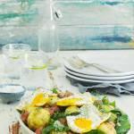 Młode ziemniaki z salsiccia i sadzonym jajkiem