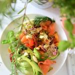 Sałatka z awokado, łososiem i koperkiem oraz suszonymi pomidorami