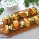 Szaszłyki z pulpecikami z kurczaka, grillowaną cukinią i dipem jogurtowo-ziołowym (Spiedini di polpettine di pollo con zucchine
