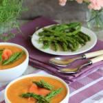 Warzywna zupa krem podawana z łososiem i szparagami