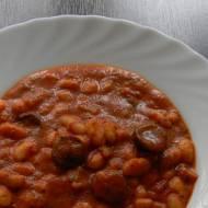 Fasola w sosie pomidorowym z parówkami + filmik