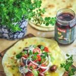 Śródziemnomorski chlebek na jogurcie z sałatką grecką