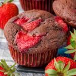 Muffiny czekoladowe z truskawkami
