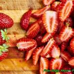 Nalewka truskawkowa z imbirem ( aromatyczna, o pięknym czerwonym kolorze ).