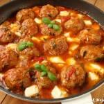 Pulpety w sosie pomidorowym, z mozzarellą