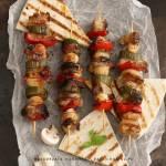 Szaszłyki z marynowanej polędwicy wieprzowej z dodatkiem świeżego ogórka, pieczarek, papryki i cebuli