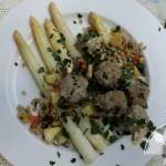 Białe szparagi, gotowane pulpety i kasza pęczak z warzywami