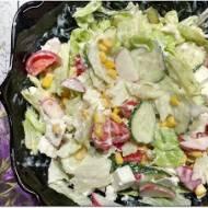 Sałatka z fetą, warzywami i jogurtem naturalnym
