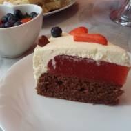Torcik truskawkowy na czekoladowym biszkopcie z masą śmietanową i mascarpone