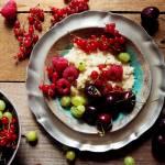 Quinoa na mleku kokosowym z kardamonem i owocami lata (bez glutenu, bez laktozy, wegańskie)