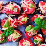 Pieczone bakłażany z pomidorami i mozzarellą