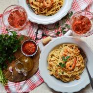 Spaghetti z krewetkami, czerwonym pesto i różowym winem