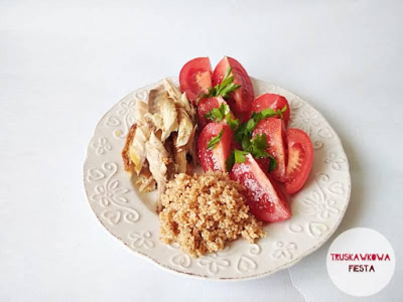 Makrela wędzona z kaszą orkiszową i pomidorami