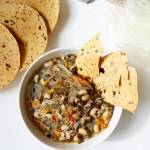 Zupa z fasolą czarne oczko, makaronem sojowym i liśćmi winogron