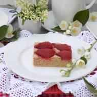 Kruche ciasto z cynamonem i truskawkami.