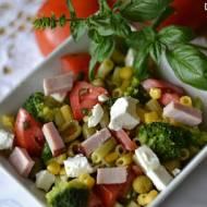 Sałatka z kolorowym makaronem i oliwkami