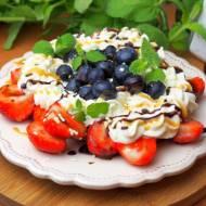 Szybki deser z owocami i bitą śmietaną